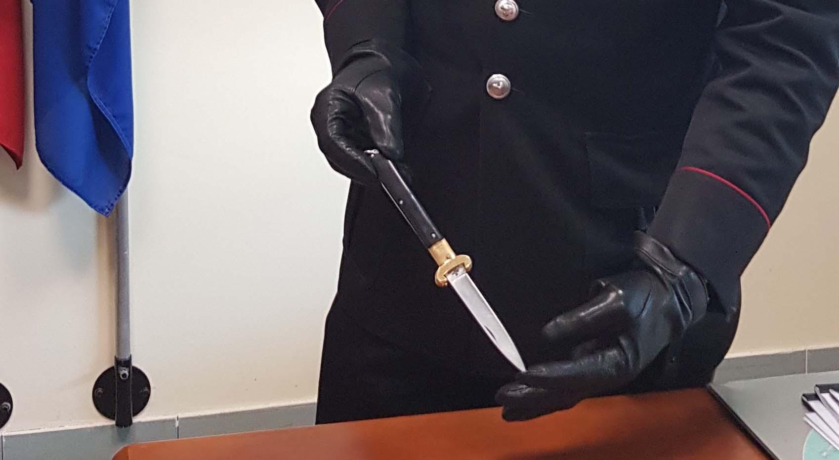 In un locale con il coltello in tasca, denunciato un pregiudicato