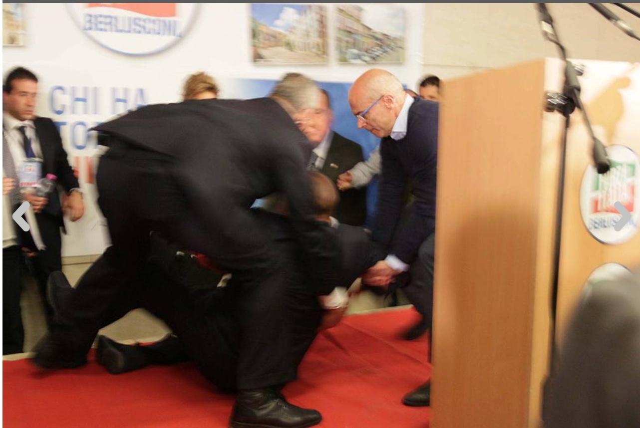 Berlusconi inciampa sul palco dell'Auditorium di Isernia, ma si rialza subito dopo