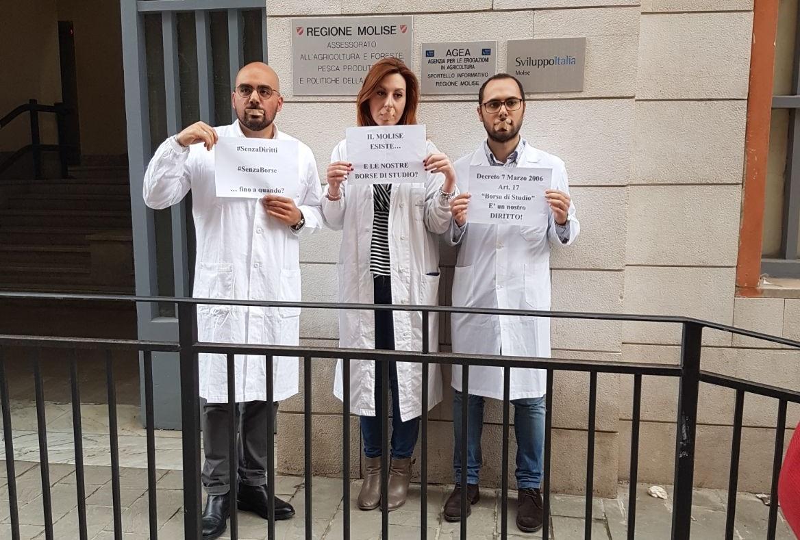 """Corsisti di medicina generale da 5 mesi senza borsa: """"Basta ritardi, in caso contrario agiremo per vie legali"""""""