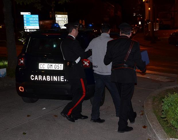 Carabinieri aggrediti in una rissa tra ex, due arresti