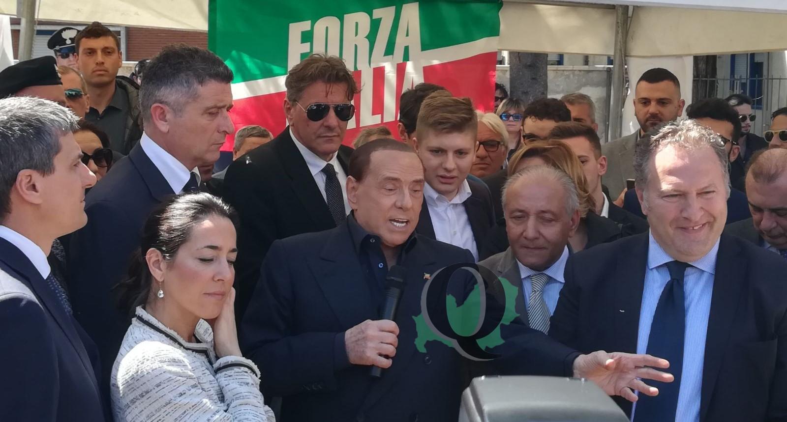 """Berlusconi in Molise: """"Greco un tronista. I grillini li manderei a pulire i cessi nella mia azienda"""""""