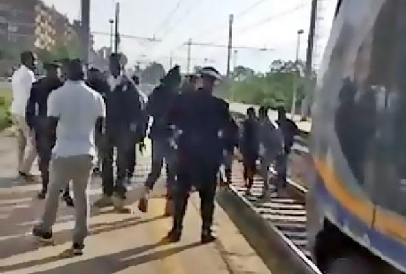 Caos alla stazione, treno bloccato da venti profughi