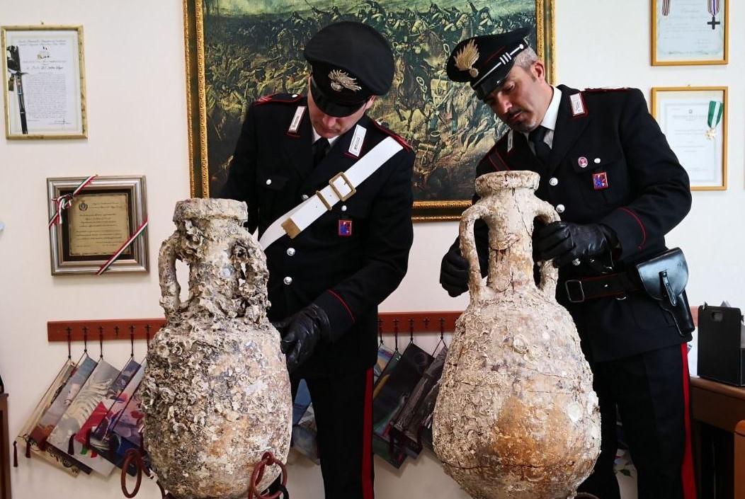 Rinvenute due anfore di epoca romana in un'abitazione, denunciata una donna
