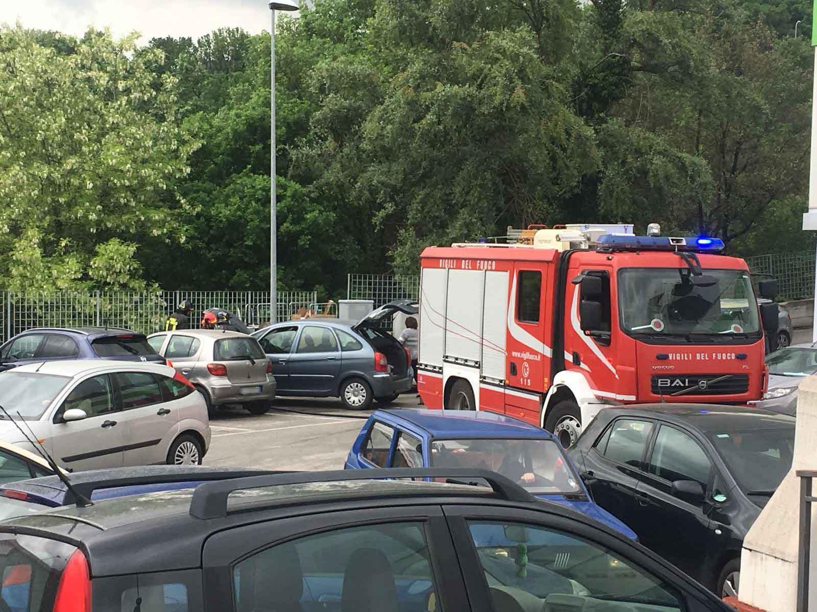 Auto in ebollizione, parcheggio in tilt per oltre mezz'ora FOTO