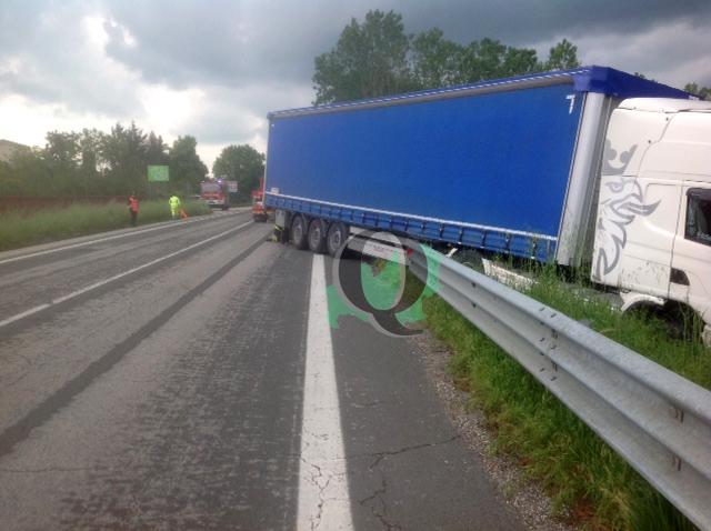 Camion si ribalta lungo la Statale 17, traffico rallentato