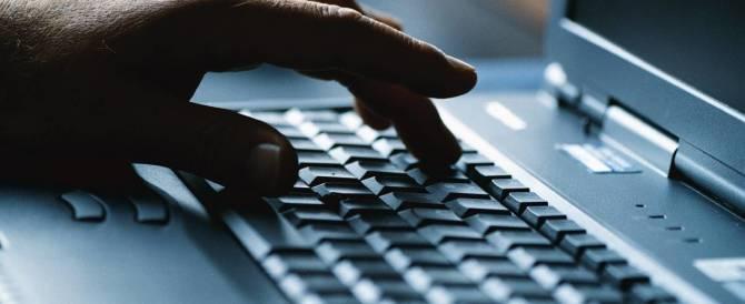 Acquista oggetti sul web e li fa pagare ad altri, denunciato 30enne campano