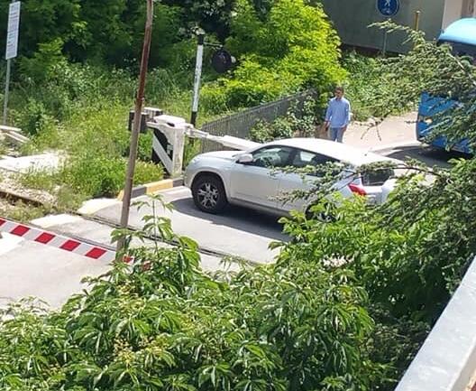 Automobile bloccata dentro al passaggio a livello di Bojano