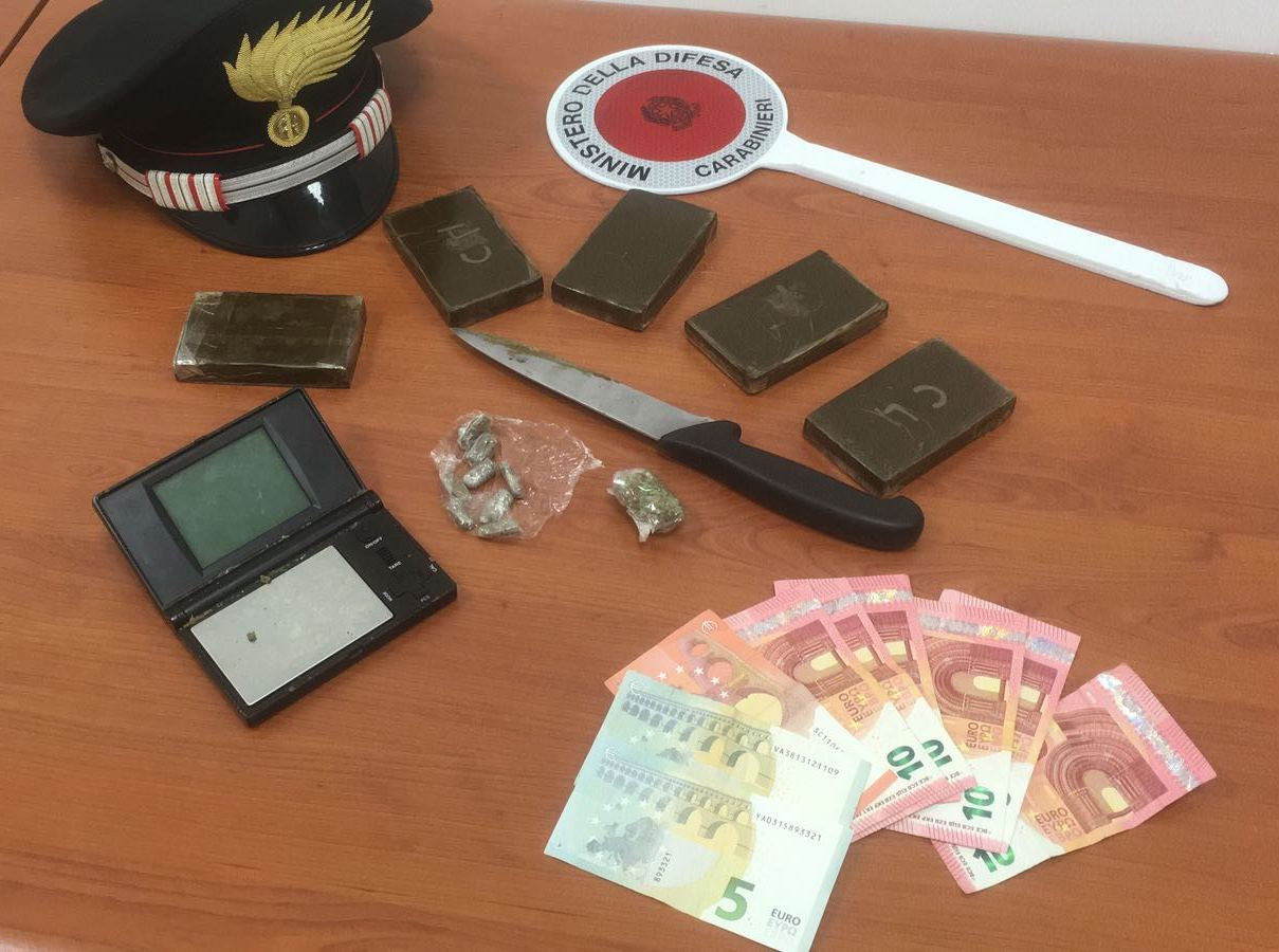 Mezzo chilo di hashish in casa, arrestato 22enne