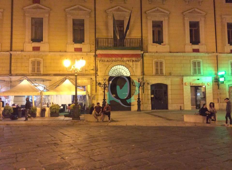 Piazza Prefettura, bandiera 'ungherese' per la Festa del 2 giugno: scatta l'ironia sul web