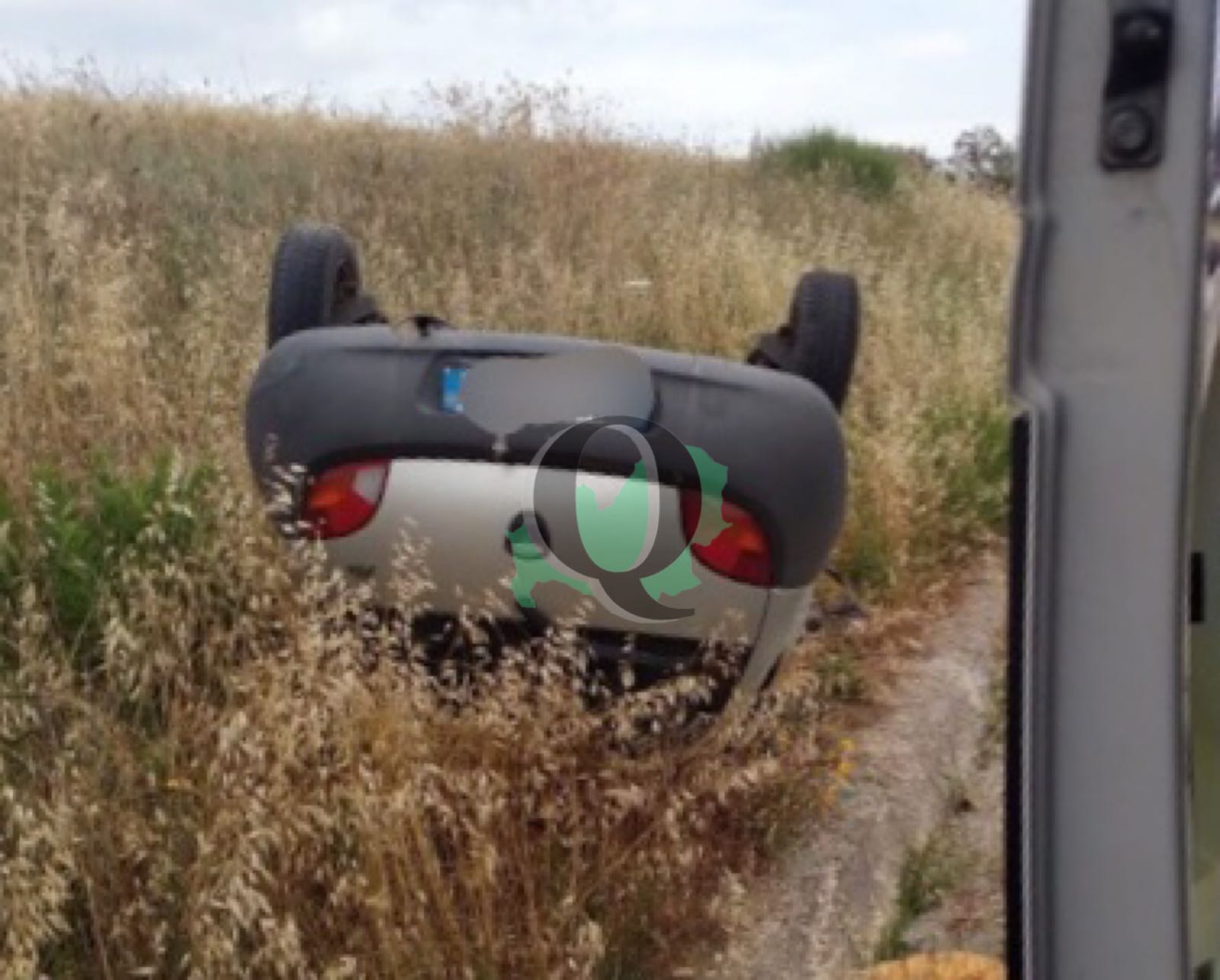 Auto si ribalta e finisce fuori strada, miracolata 55enne