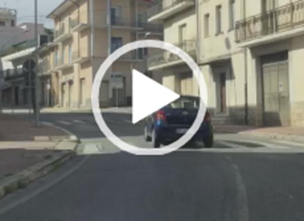 90enne 'spericolato' al volante, le immagini spopolano in rete (IL VIDEO)