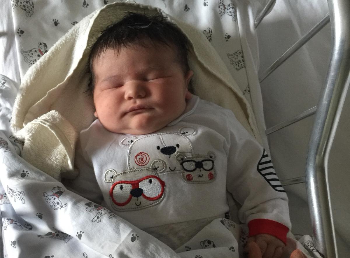 Dall'Abruzzo al Cardarelli per un parto record: è nato Giosuè, 5 chili e 300 grammi di dolcezza