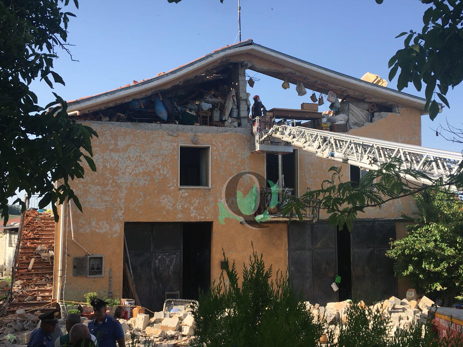 Esplode bombola del gas, casa sventrata: ci sono feriti (FOTO  E VIDEO)