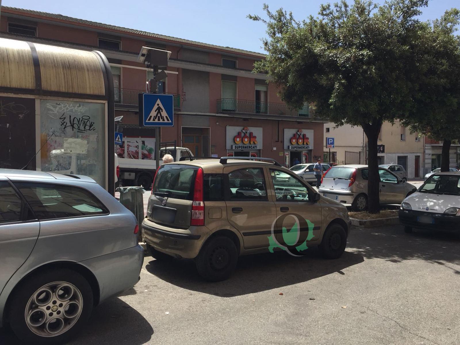 Parcheggi selvaggi in via 24 maggio, cittadini e commercianti esasperati (FOTO)