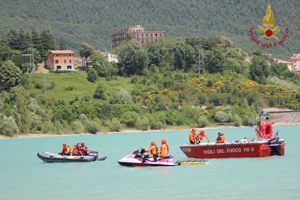 Esercitazione presso il lago di Castel San Vincenzo, Vigili del fuoco in azione
