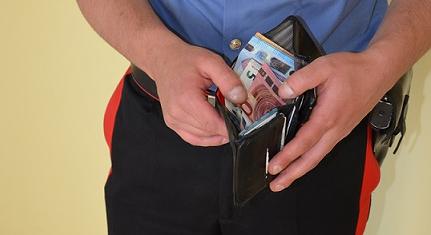 Rubano un portafoglio, incastrati dalle telecamere del bar