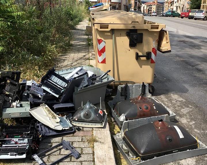 Inciviltà a via Piave, vecchi televisori abbandonati circondano i cassonetti