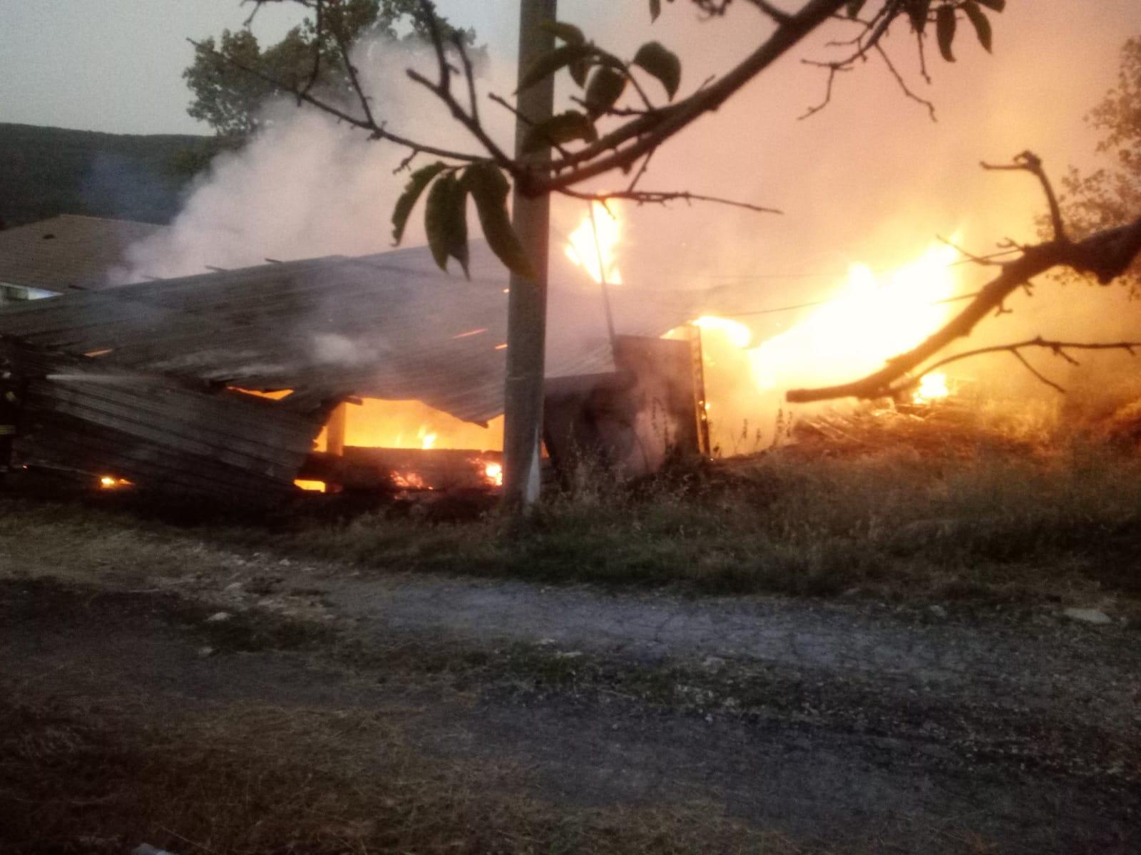 In fiamme un fienile nelle campagne di Sepino, intervengono i Vigili del fuoco