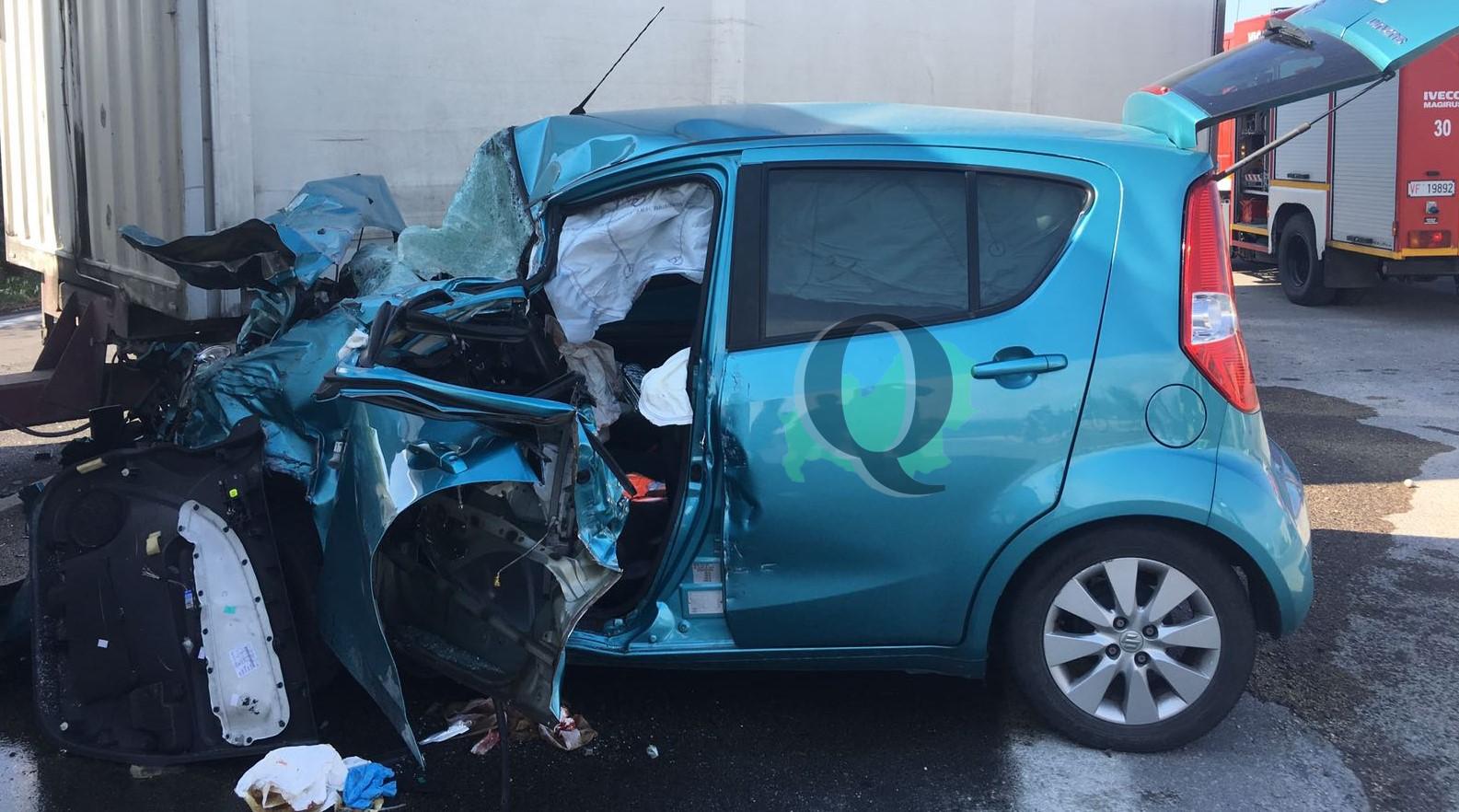 Auto contro tir, vettura distrutta: miracolato il conducente