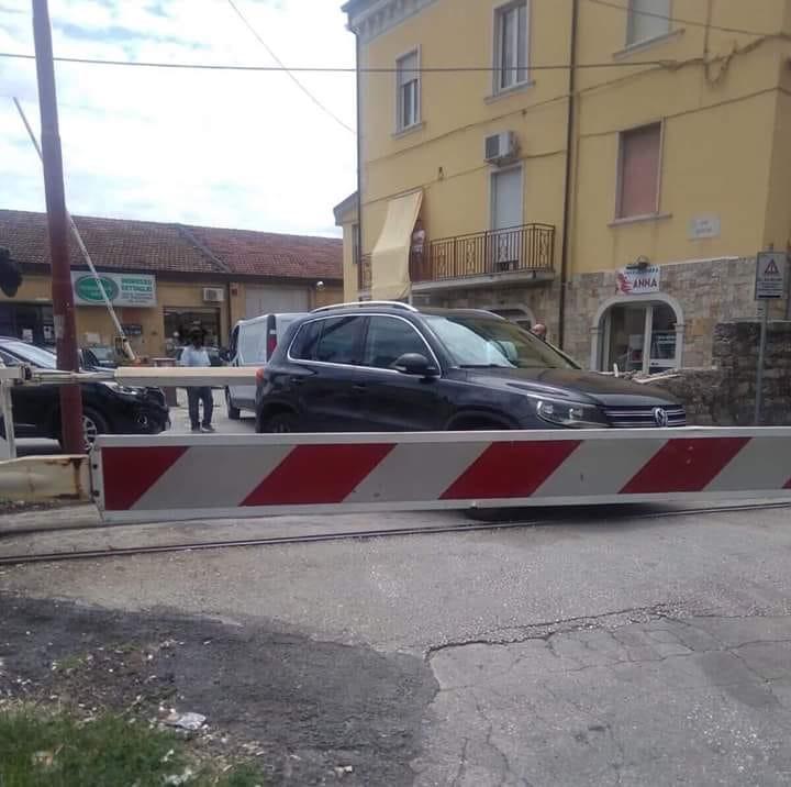 Ancora un'auto bloccata sui binari a via Mazzini