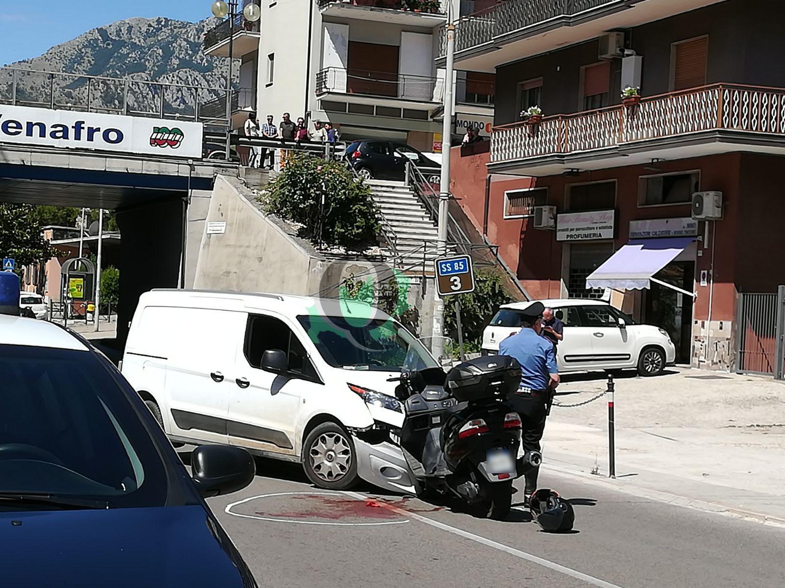 Scontro tra furgone e scooter, grave il centauro