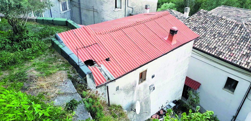 Masso sfonda il tetto di un'abitazione