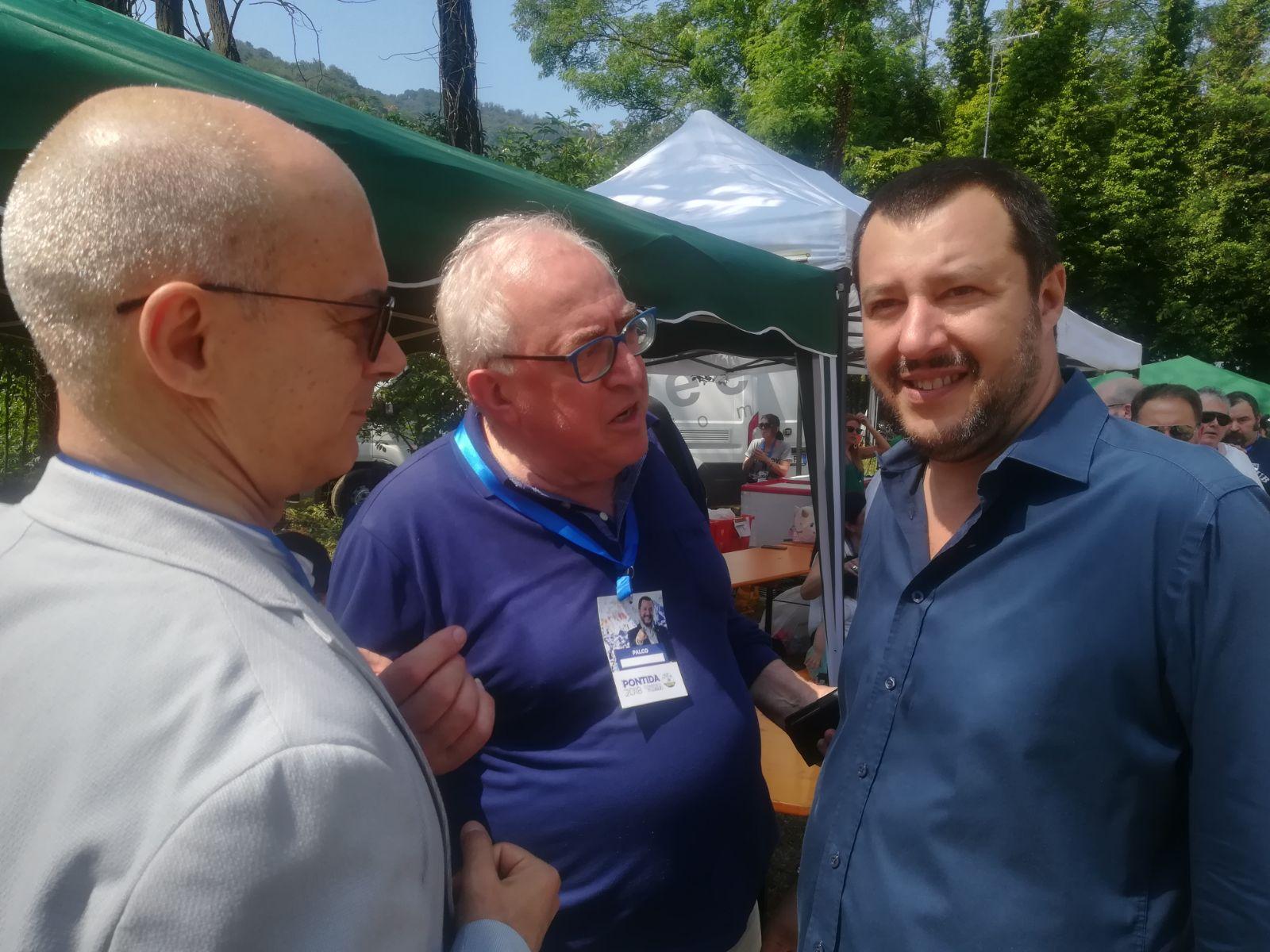 """Toma a Pontida: """"Ringrazio l'amico Salvini"""". Poi i fischi quando ha nominato Berlusconi (I VIDEO)"""