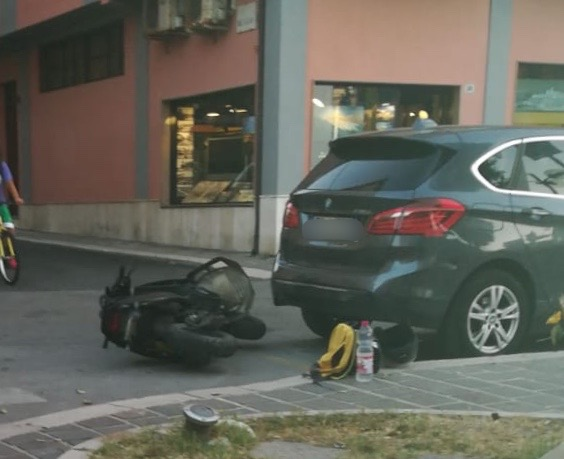 Scooter contro auto, tanta paura per un 14enne