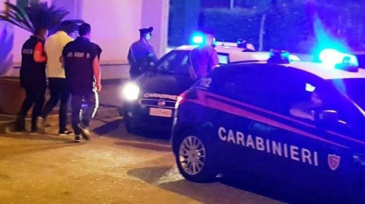 Ubriaco molesta i clienti di un bar e si scaglia contro i Carabinieri, arrestato