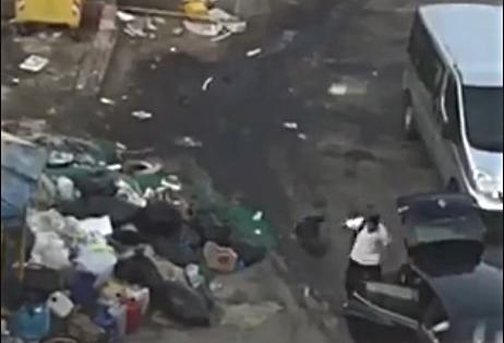 Getta sacchi di rifiuti in un'area, incastrato da un video sui social e multato