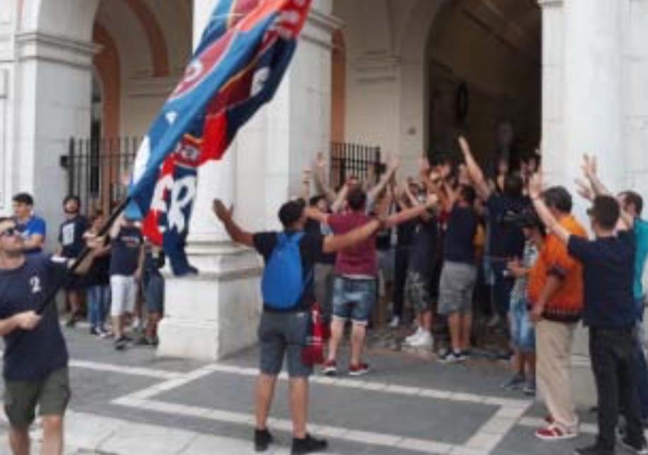"""""""Salviamo il Lupo"""". Pochi in piazza, ultras a colloquio col sindaco"""