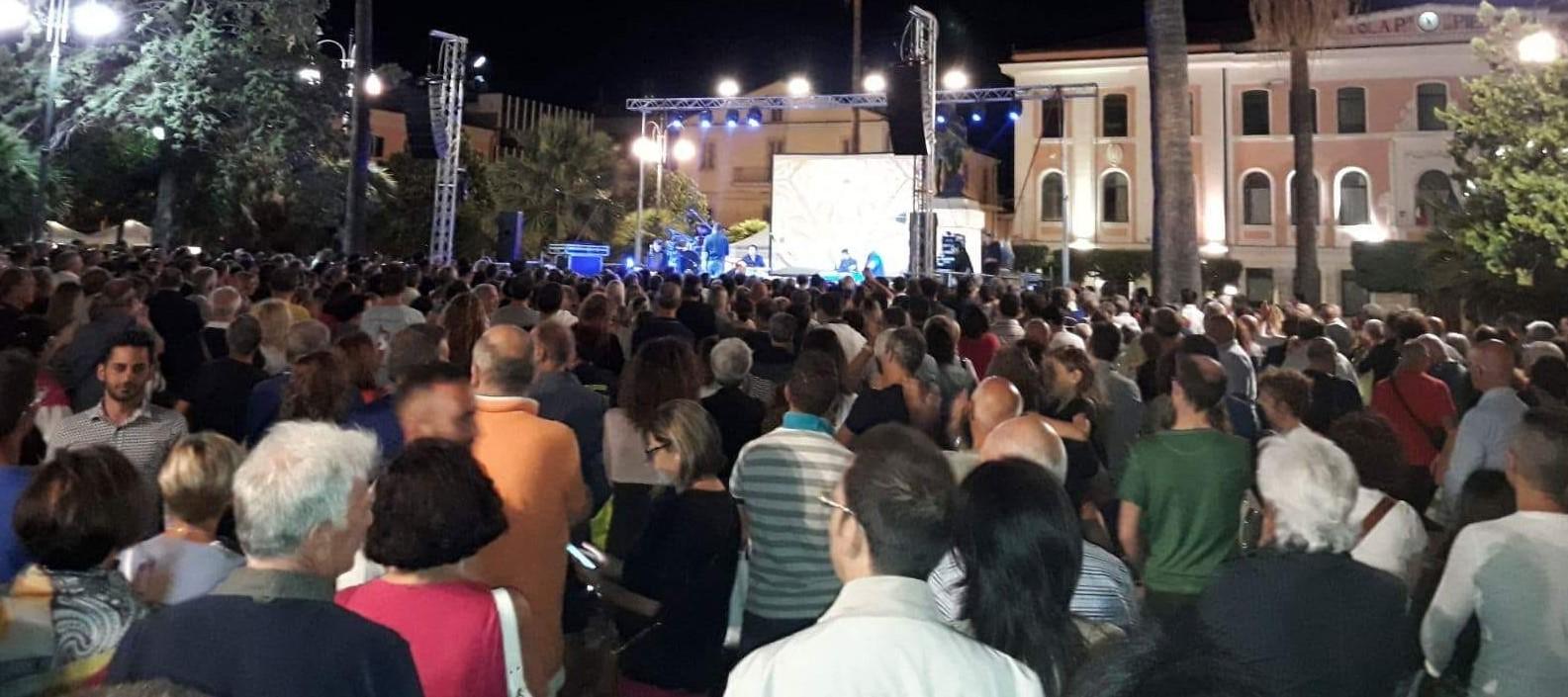Max Giusti conquista Termoli, un live da applausi in Piazza Vittorio Veneto