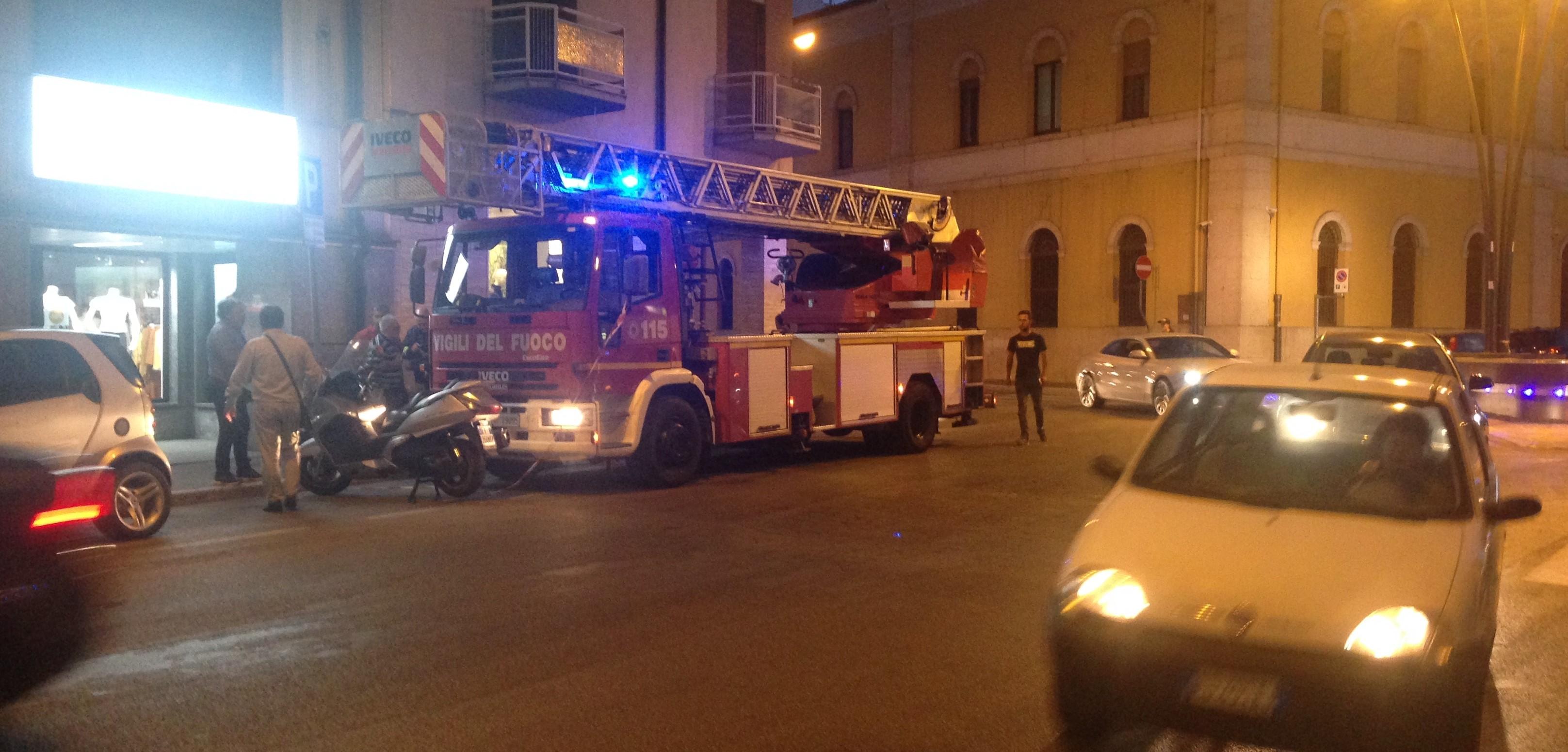 Piovono calcinacci da un cornicione a via Mazzini, intervengono i Vigili del Fuoco