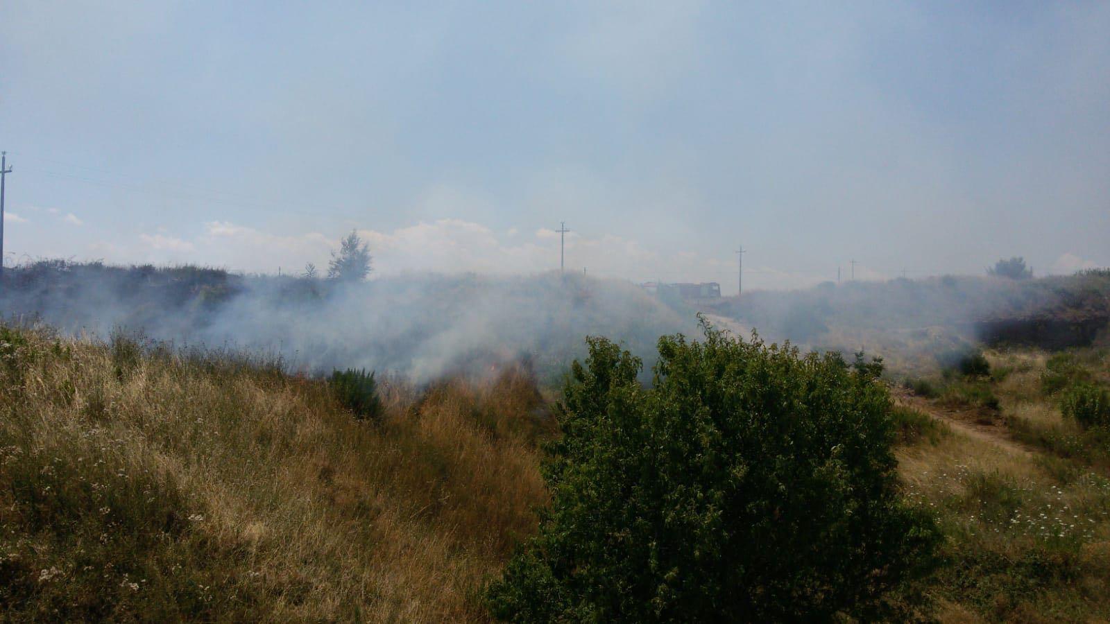 Caldo e vento, primi incendi di sterpaglie sulla costa