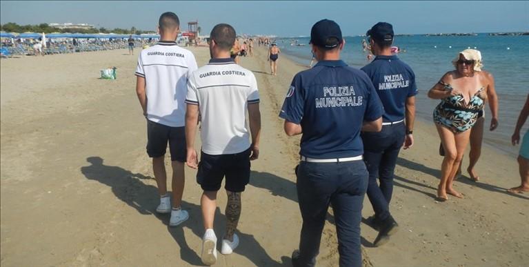 Lotta agli abusivi in spiaggia: blitz di Polizia, Finanza e Capitaneria
