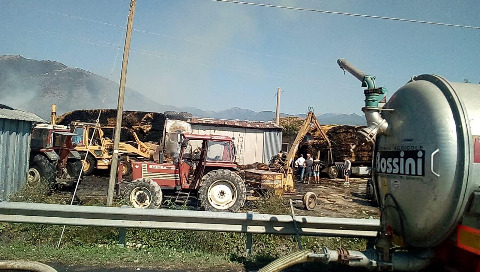 Azienda agricola in fiamme, danni per 250mila euro