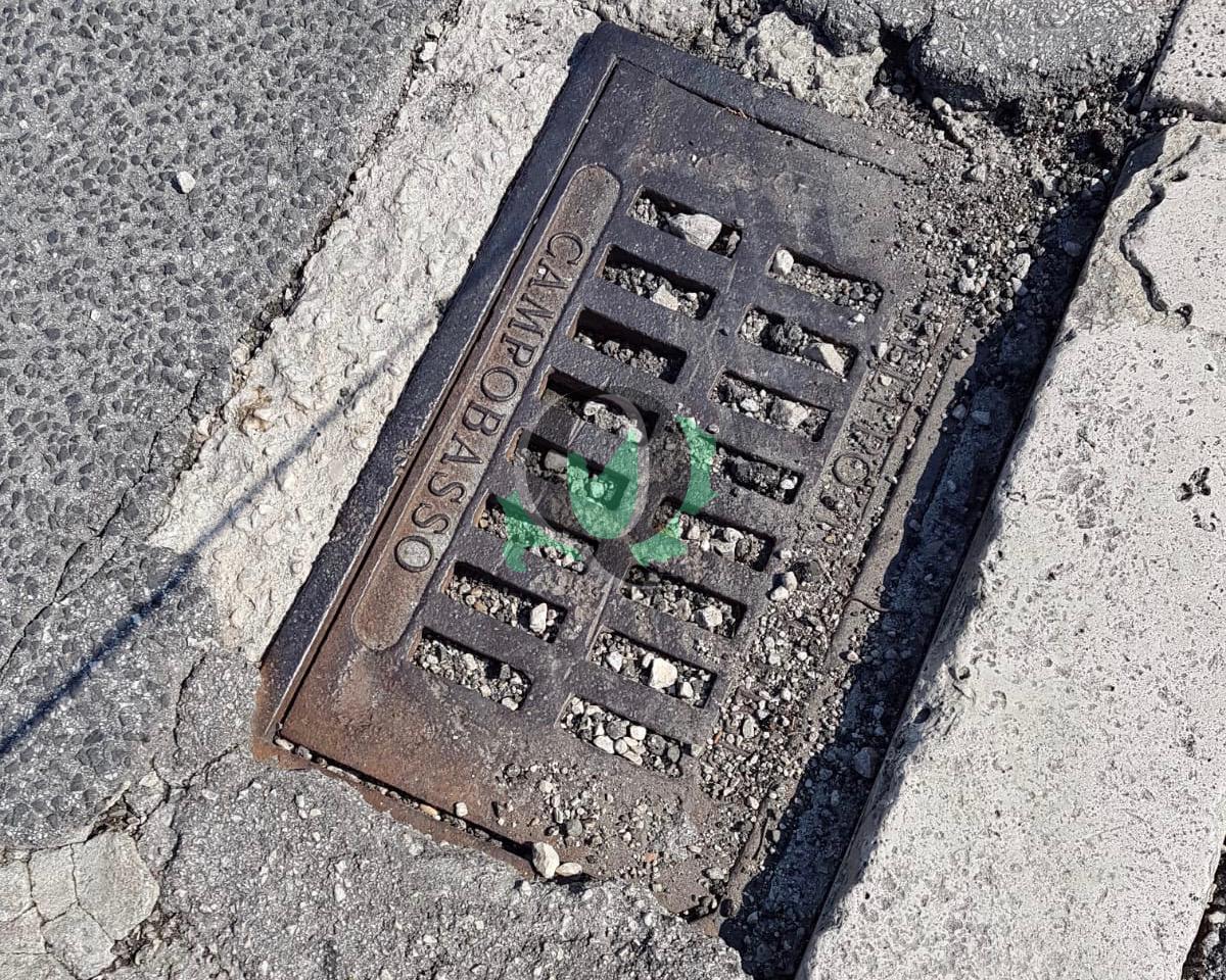 """Tombini in via San Lorenzo, i residenti: """"Li puliscano, quando piove la strada è un fiume"""""""