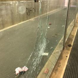 Sottopassaggio ferroviario,  viaggiatori accolti da rifiuti e vetri infranti