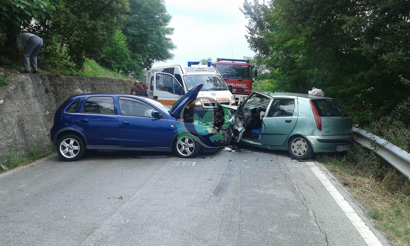 Incidente tra auto lungo la gildonese: due feriti, uno è grave
