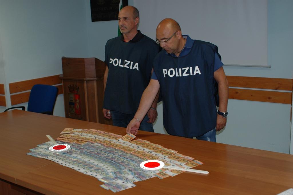 Beccati a smerciare 4mila euro falsi nei negozi del centro, in manette padre e figlio