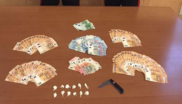 Cocaina e contanti addosso, ai domiciliari dopo un inseguimento con i Carabinieri