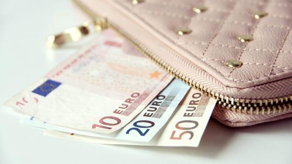 Ruba portafogli ad un'anziana con più di 500 euro, denunciata