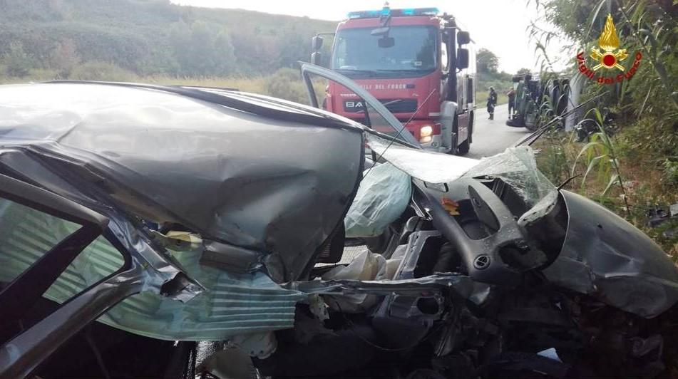 Auto contro camper sulla Statale 16, tre feriti (FOTO)