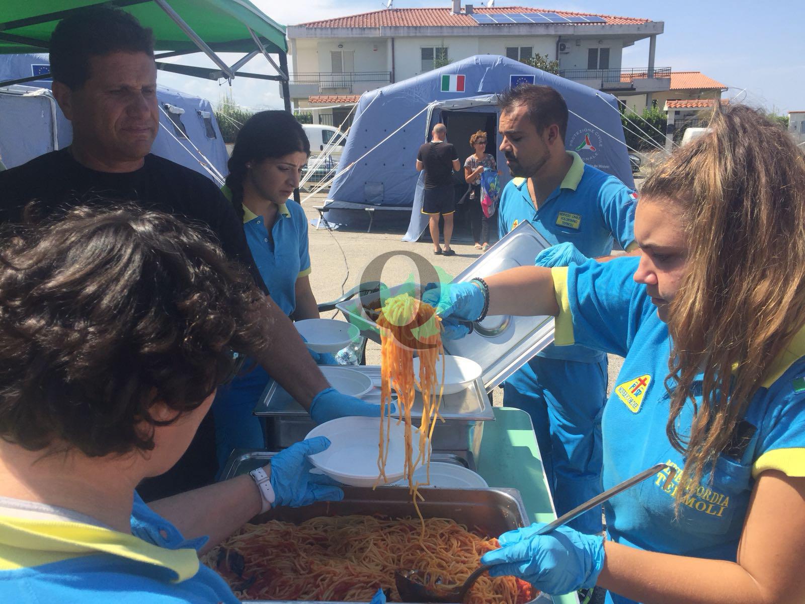Il pasto servito alla tendopoli dai volontari, la signora Maria racconta il momento della scossa