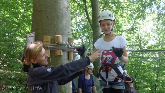 De nye aktivitetsbaner i træerne ved Møns Klint er spændende og lidt skræmmende. Heldigvis får man grundig instruktion, før man bliver sendt ud på linerne.