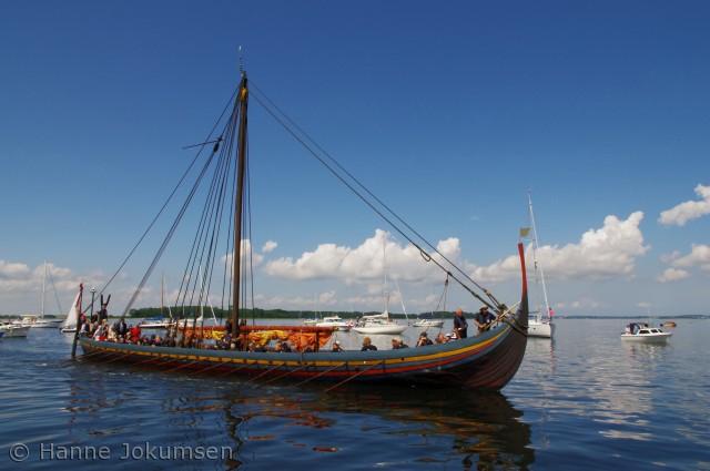 Havhingsten på vej ind til Veddelev havn, med dronningen ombord.