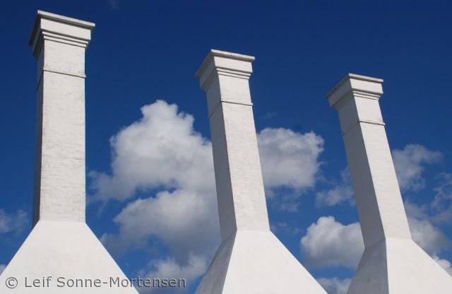 Flotte kontraster og farver på et bornholmsk typisk symbol - Røgeri skorstene. her i Listed