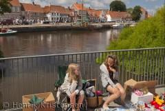 Piger holder et lille loppemarked en sommerdag i Ribe.