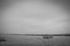 Trækfærgen ved Skjern Ås udmunding, på en grå forårs morgen.