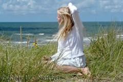 Christine nyder udsigten over havet, på en dejlig sommerdag.